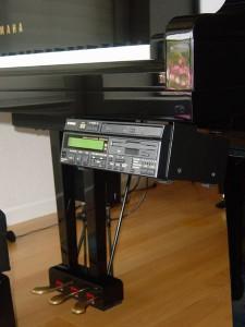 Die Kontroll-Einheit eines Yamaha Disklavier Mark III mit CD- und Floppy-Laufwerk, die MIDI-Dateien speichern können und die Notenrolle als Medium ersetzten. Foto: Kowloonese. 2005