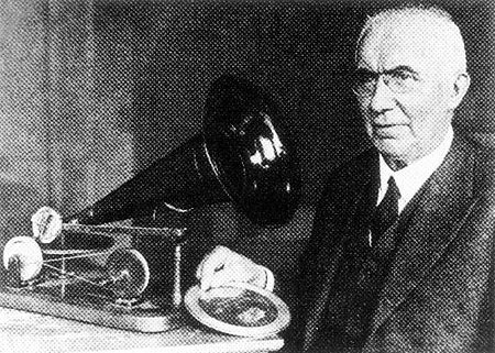 Emil Berliner mit seiner Erfindung, dem Grammophon 1887